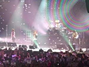 Durant la performance magistrale de l'Arc~en~Ciel sur Niji, des plumes descendaient du ciel, renforçant la grâce de la fin de concert.