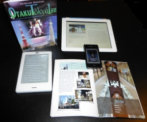 Photo de famille de quelques-uns des supports sur lesquels Otaku Tōkyō isshūkan est disponible, c'est-à-dire iPad, iPhone, Kobo (et bien d'autres !)… et la fameuse édition papier !