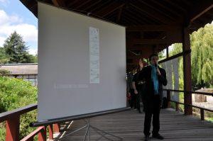 En pleine conférence sur le manga et son impact en France et au Japon. Une intervention donnée au coeur de l'Île de Verssailles, le cadre rêvé pour ce type d'exposé !