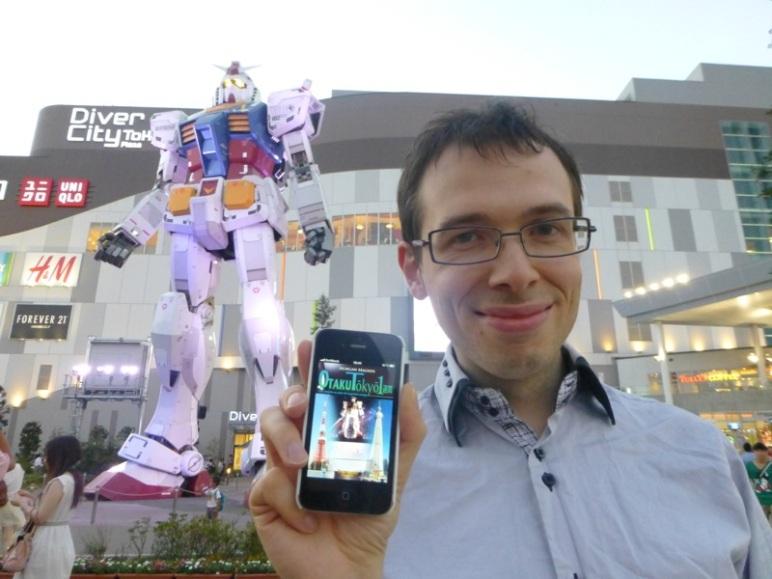 Avec Otaku Tōkyō isshukan devant le Gundam 1:1 à Odaiba, au Japon.